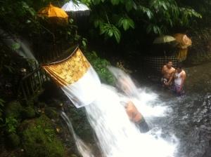 Oczyszczająca kąpiel w wodospadzie.
